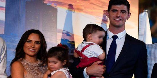 La exnovia de Courtois le 'perdona' su infidelidad y asiste a su presentación en el Real Madrid
