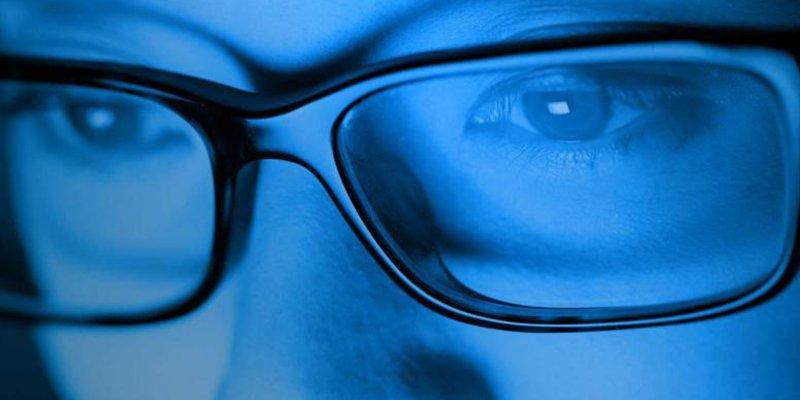 ¿Sabes por qué la luz azul es perjudicial para nuestra vista