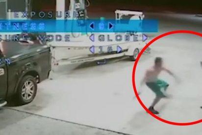 El momento en que un modelo mata con un bate a un sintecho que le pidió dinero