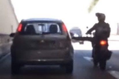Motorista le da una patada a un coche y pasa esto…