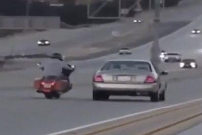Esto es lo que pasa cuando este motorista la emprende a patadas con un turismo en plena autopista…