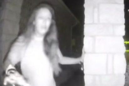 Graban a esta misteriosa mujer descalza y con grilletes antes de desaparecer en EE.UU.