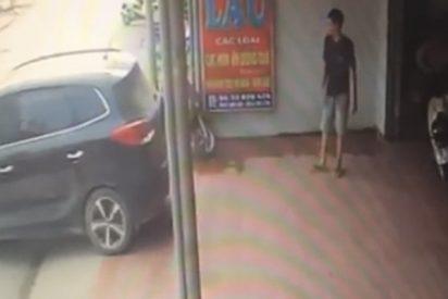 Mujer aplasta contra la pared a este 'buen samaritano' que la ayudaba a estacionar su coche