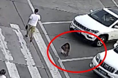 Esta niña se agacha para atarse los cordones y un coche le pasa por encima