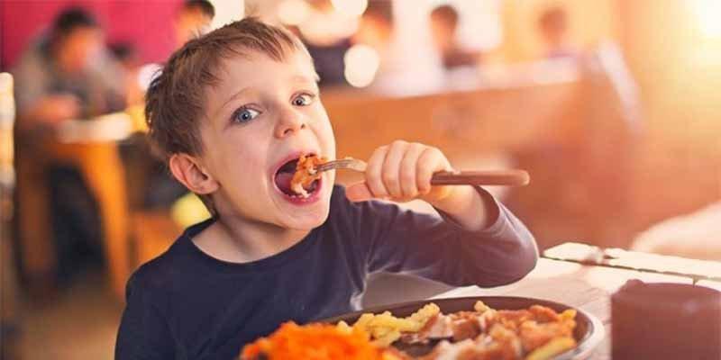 Un restaurante alemán prohibe la entrada a niños menores de 14 años como castigo a padres 'pasivos'
