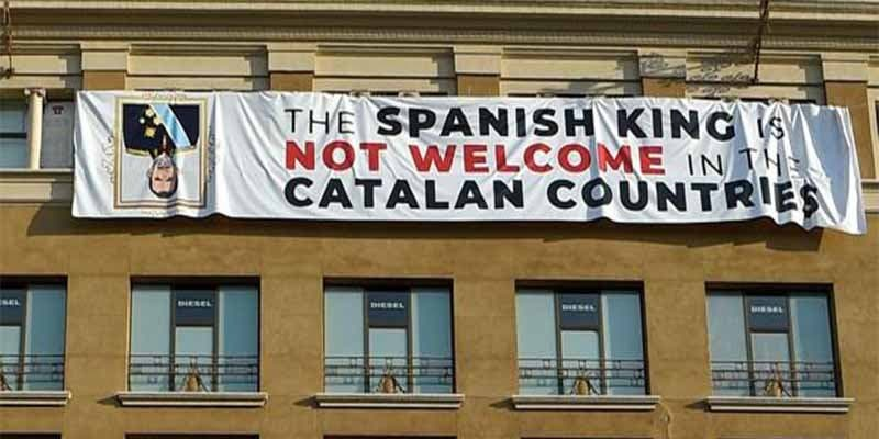 Cataluña: Los Mossos denuncian un delito de odio por la pancarta contra el Rey el 17-A