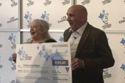 Esta pareja gana más de 75 millones de dólares en la lotería pese a que rompieron y botaron su boleto