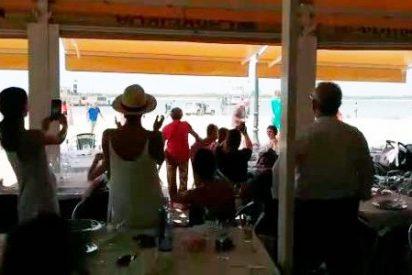 El 'cariñoso' recibimiento que tuvo Pedro Sánchez en Doñana por parte de los veraneantes (VÍDEO)