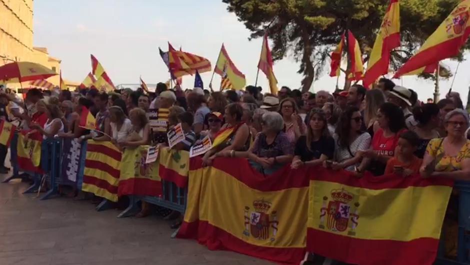 """Un millar de españoles 'corre' a 50 golpistas al grito de """"¡Felipe, tranquilo, Mallorca está contigo!"""""""