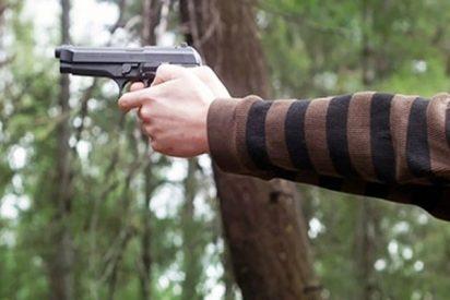 Padre persigue pistola en mano a este hombre desnudo para defender a sus hijos