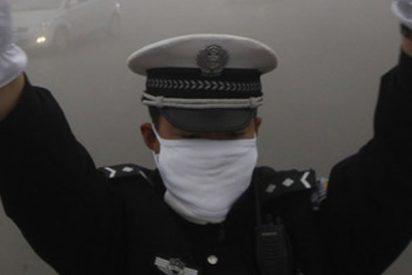 Este policía chino trepa al techo del coche en marcha de un prófugo