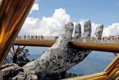Así es el lujoso Puente de Oro que sujetan dos manos gigantes de piedra