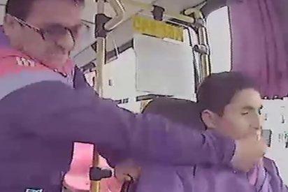 Este pasajero golpea al conductor de un autobús por no dejarlo bajar