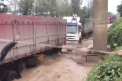 Así fue el audaz rescate de 14 personas atrapadas en sus camiones en medio de una inundación en China