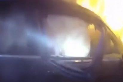 Impresionante rescate policial de un hombre atrapado de un coche en llamas