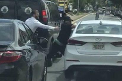 Esta es la maniobra que usó este conductor para escapar de un robo en un semáforo