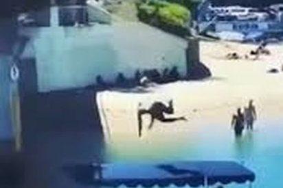 Este tipo salta de un puente para hacerse el gracioso y aterriza sobre una anciana