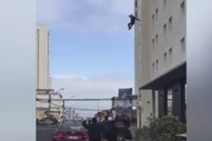 ¿Suicidio o asesinato: El instante en que un hombre salta de la ventana de un hotel y muere reventado