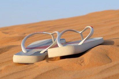 ¿Sabías que las chanclas, sandalias y las largas caminatas por la arena provocan fascitis plantar y patologías del pie?