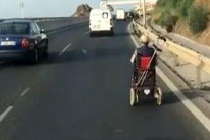 Pillan a este hombre en silla de ruedas por una autovía de Mijas