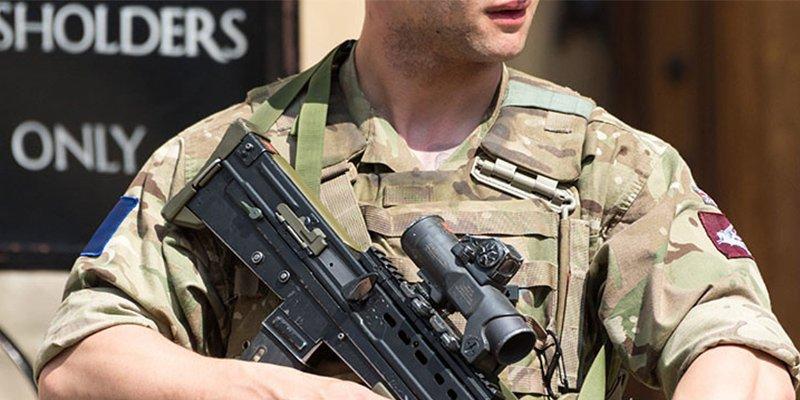 Prisión para el pervertido soldado que jugueteó con su 'arma' delante de una compañera