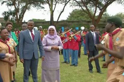 Las redes se descojonan de Theresa May por su baile peculiar en África