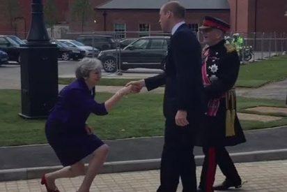 Las redes se descojonan de los 'saludos reales' de Theresa May