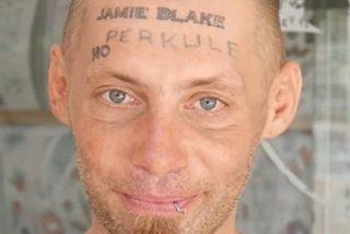 Este vagabundo acepta tatuarse la frente por dinero y ahora pide justicia