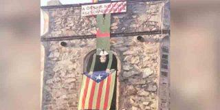 El cura de una iglesia de Cataluña cuelga del campanario un muñeco de Felipe VI boca abajo