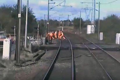 """""""Pensé que los había matado"""". Por un segundo se salvaron de ser arrollados por un tren"""