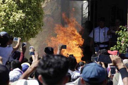 México: una turba eloquecida asalta la comisaría y quema vivos a dos hombres acusados de secuestrar niños