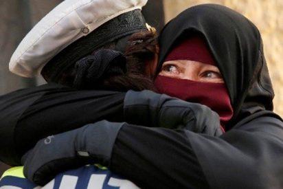 Esta policía abraza a una manifestante cubierta con niqab y acaba siendo investigada en Dinamarca