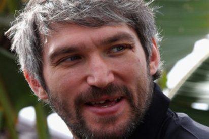 Aleksandr Ovechkin, estrella de hockey ruso, captura un balón de fútbol y 'salva' a su esposa