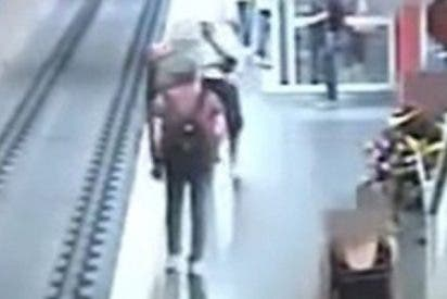 Este hombre arroja a un desconocido a las vías del metro tras discutir con su pareja