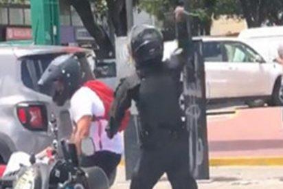 Este policía ataca por la espalda a un motociclista en una pelea callejera