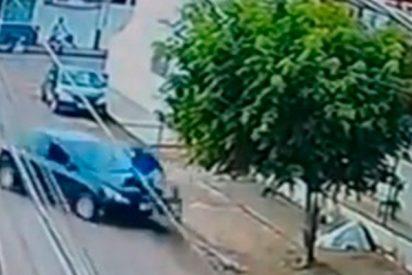 Una adolescente de 13 años le roba el coche a sus padres y atropella a un ciclista
