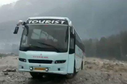 Este autobús es arrastrado por la corriente de un río desbordado