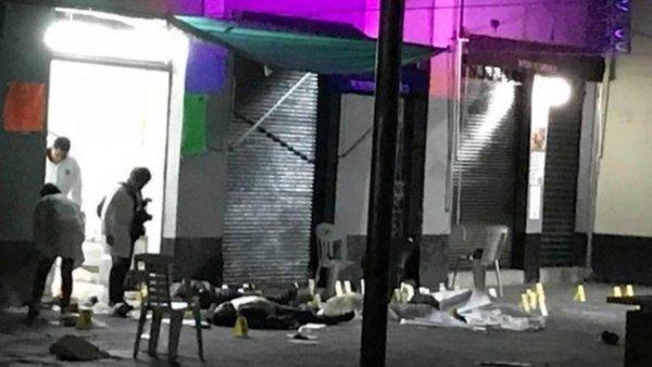 El momento en que los pistoleros vestidos de 'mariachis' matan a 4 en la plaza Garibaldi