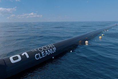 Así es la gran barrera flotante que sirve para limpiar el plástico de los océanos