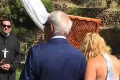 Un alcalde del PSOE se burla de la religión católica y oficia una boda civil disfrazado de cura estrafalario