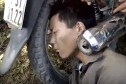 Este borracho se despierta con la cabeza atrapada entre la rueda y el tubo de escape de una moto