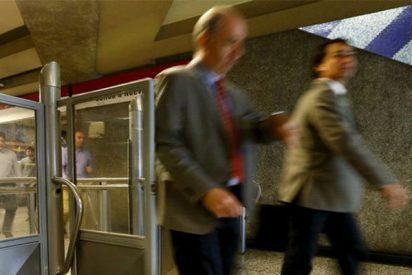 La espectacular caída de un joven en una escalera del metro se vuelve viral