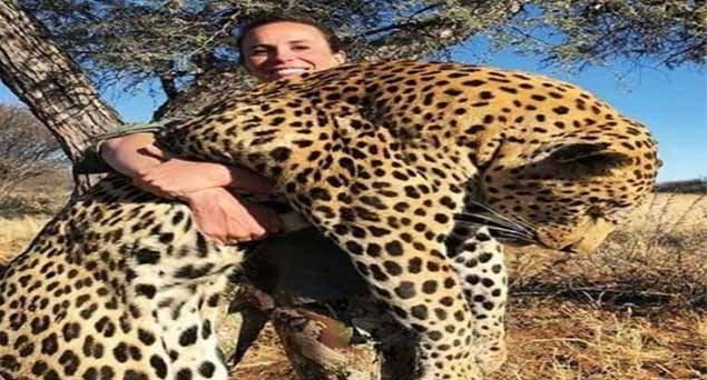 """""""¡Encuentren a esta zo**a!"""": La cazadora que posa con un gran leopardo muerto en sus brazos y """"las redes no la perdonan"""""""