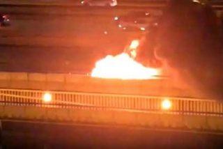 Dantesco vídeo del incendio y explosión de un coche en la M-30 de Madrid