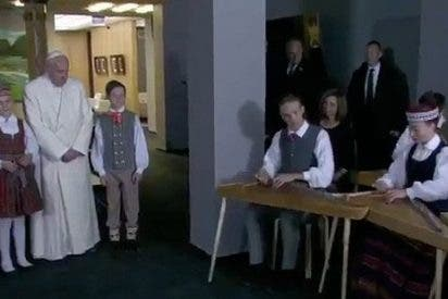 El Papa llega a Letonia, segunda etapa de su viaje por el Báltico