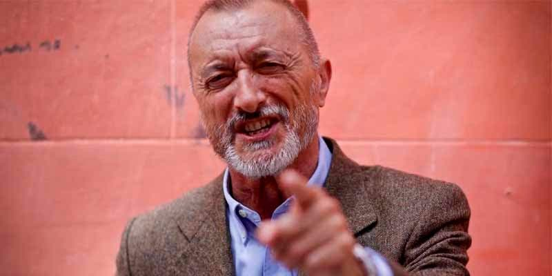 """Arturo Pérez-Reverte llama """"chusma borracha"""" a quienes participan en las becerradas y arma un Cristo en Twitter"""