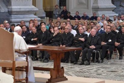 """El Papa pide que la Iglesia acoja """"incluso a los jóvenes que deciden convivir sin casarse"""""""