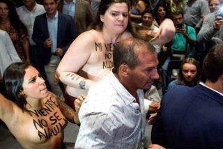 Dos 'tetudas' activistas de Femen hostigan a Albert Rivera con el cuento de la maternidad subrogada