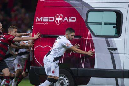 Futbolistas brasileños suspenden el partido para empujar una ambulancia fuera del campo
