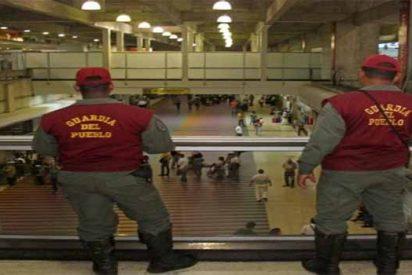 ¡Ladrón a la vista! El militar chavista que roba a una pasajera en el Aeropuerto de Maiquetía en Venezuela